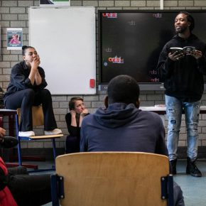Rapper Akwasi (oud leerling OSB) beoordeelt toneelteksten van scholieren